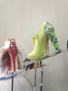 79e6c413 Hemos visto incluso cómo coger un zapato de mujer y un zapato de hombre  para mostrarlo mejor.