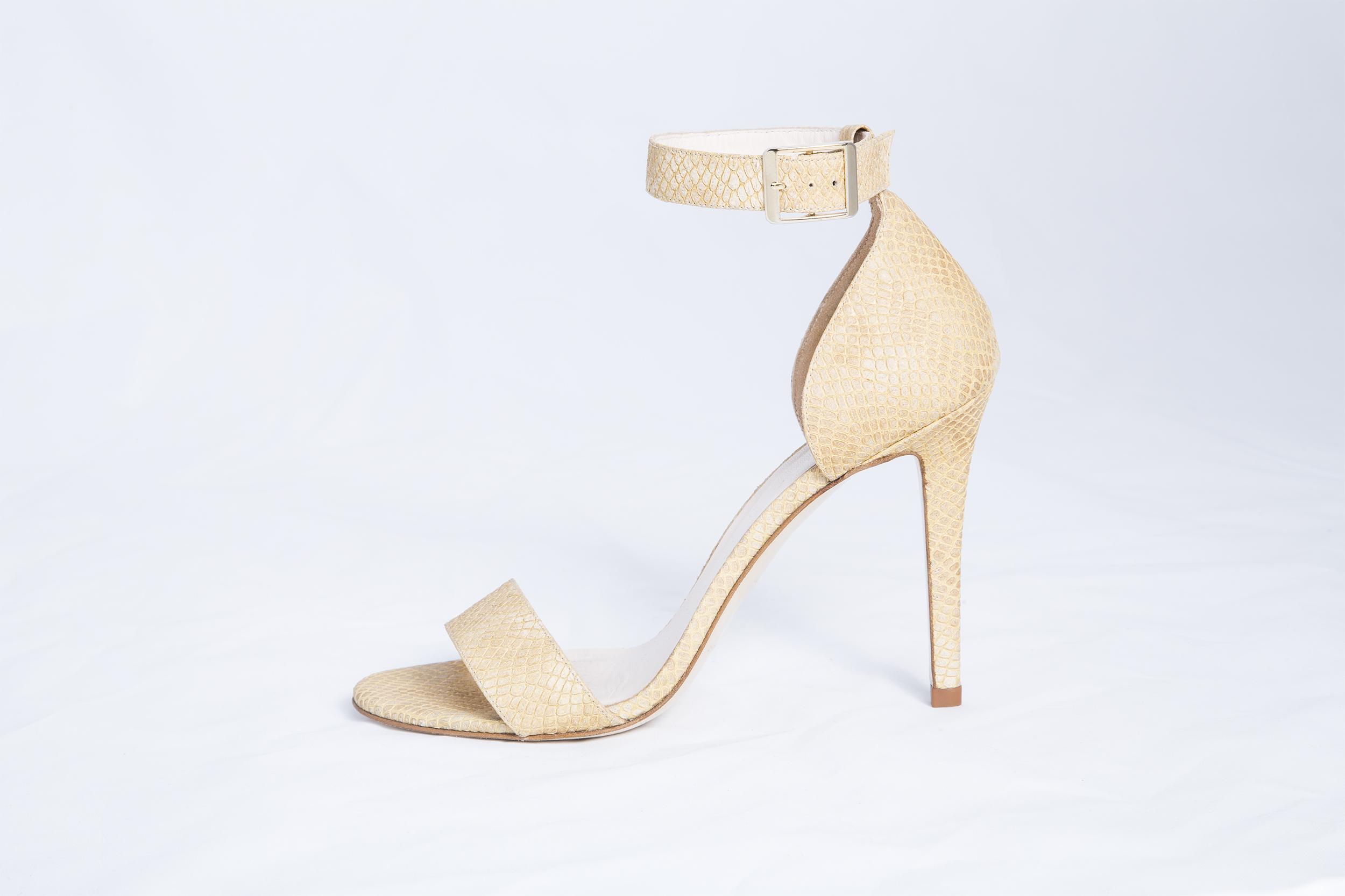 SANDALIA ROMA BAHÍA  Esta sandalia tiene 4 centímetros de tacón para  aquellas que no quieren tacones altos pero tampoco quieren una bailarina. 5244d7a5cc29
